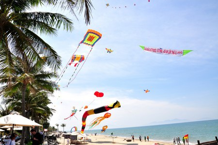 Những cánh diều no gió ở biển Cửa Đại