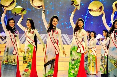 Tiết mục múa với nón lá của các thí sinh trong phần mở màn đêm chung kết