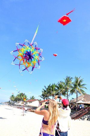Rất đông du khách trong nước và nước ngoài thích thú với hội diều năm nay.