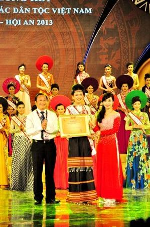 6 thí sinh vào phần thi ứng xử để chọn Hoa hậu