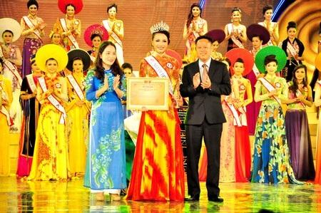 Thí sinh Đặng Thị Hà (dân tộc Kinh, Quảng Nam) đoạt giải Người đẹp xứ Quảng