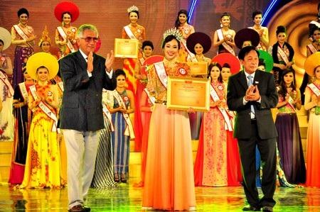 Thí sinh Trần Ngọc Nguyên Khánh (dân tộc Kinh, Lâm Đồng) đoạt giải Người đẹp thân thiện