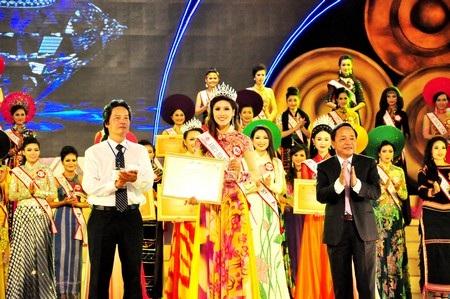Á hậu 2, thí sinh Nguyễn Thị Loan (dân tộc Kinh, 23 tuổi, đến từ Thái Bình)
