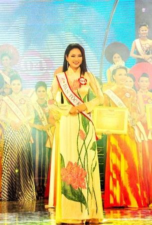Và thí sinh Nguyễn Thị Ngọc Anh cười rạng rỡ sau khi nghe tên mình được xướng trong đêm chung kết