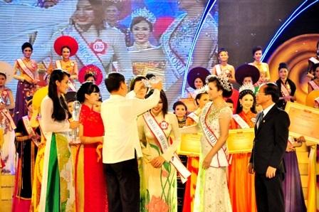 Trao vương miệng cho tân Hoa hậu các Dân tộc Việt Nam 2013 - thí sinh Nguyễn Thị Ngọc Anh