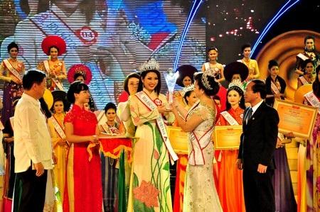 Ban tổ chức trao cúp và vương miệng đến Tân Hoa hậu các Dân tộc Việt Nam 2013 Nguyễn Thị Ngọc Anh
