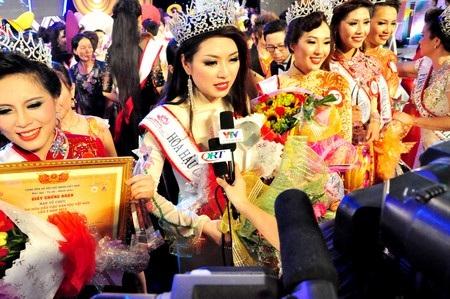 Hoa hậu các Dân tộc Việt Nam 2013 Nguyễn Thị Ngọc Anh trả lời báo chí sau khi đăng quang