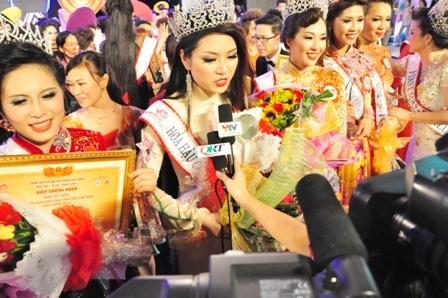 Tân Hoa hậu các Dân tộc Việt Nam 2013 trả lời phỏng vấn ngay sau khi đăng quang