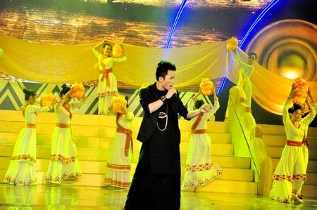"""Ca sĩ Tùng Dương trình bày bài hát """" Trăng Vàng"""" của nhạc sỹ Đức Trịnh"""