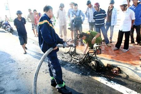Lực lượng PCCC tiến hành dập lửa