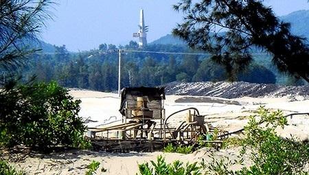 Máy khai thác titan trong khu vực sân bay Chu Lai. Ảnh: H.P.