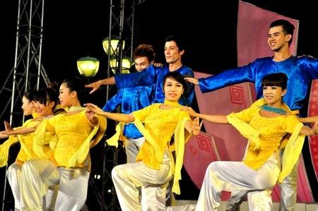 Tiết mục Tình yêu biển hát do nghệ sĩ đoàn Kiêng Giang trình bày