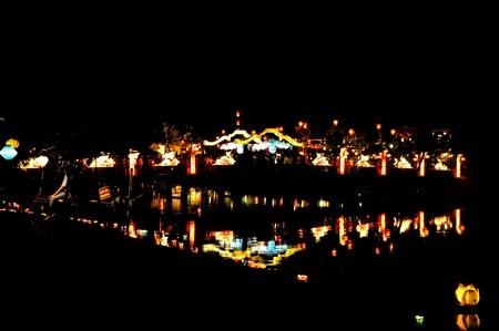 Dòng Sông Hoài lung linh với ánh đèn và hoa đăng