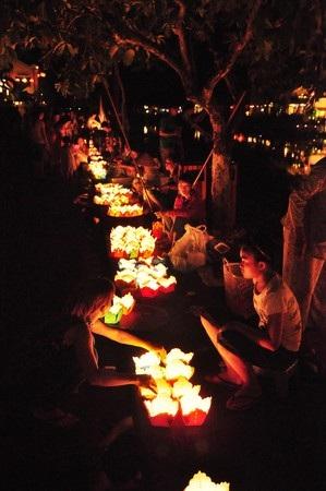 Người dân bán hoa đăng. 10 ngàn đồng 3 chiếc hoa đăng để người dân thả xuống Sông Hoài