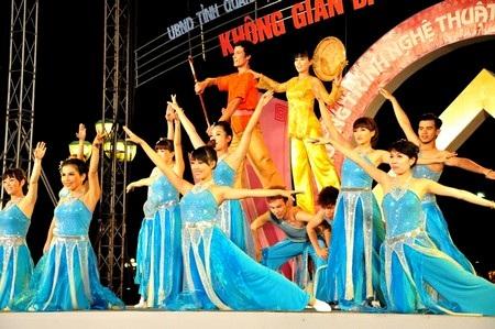 Tiết mục Ngày hội đua thuyền do đoàn Kiêng Giang trình bày