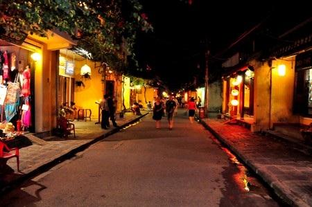 Du khách dạo chơi trên phố cổ Hội An