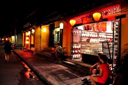 Các cửa hiệu, nhà người dân đều treo đèn lồng trước nhà
