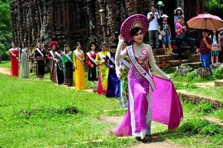 Các thí sinh thư giãn sau buổi tham quan và chụp hình ở Thánh địa Mỹ Sơn