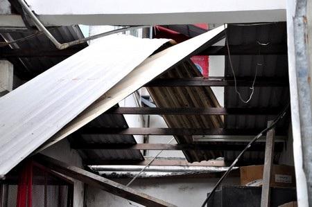 Vụ nổ khiến mái tôn bị hất tung