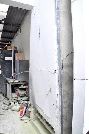 Vụ nổ khiến tường bị nứt nẻ, sắp sập