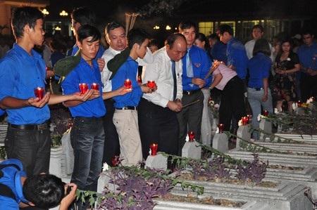 Phó Thủ tướng thắp hương, dâng hoa các phần mộ trong nghĩa trang liệt sĩ Điện Bàn