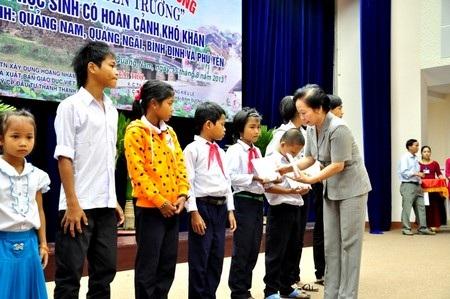 Phó Chủ tịch nước Nguyễn Thị Doan trao học bổng đến các em học sinh Quảng