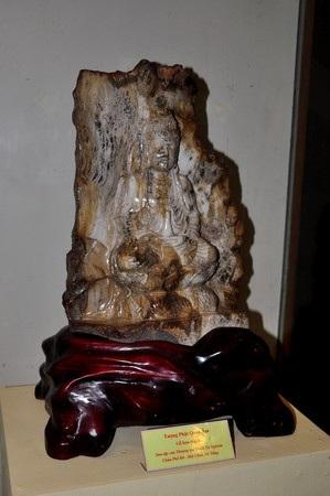 Tượng Phật Quan âm bằng gỗ hóa thạch