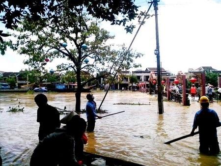 Công việc vất vả của lực lượng PCLB ở Hội An trong mùa mưa bão
