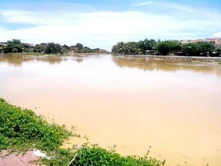 Dòng sông Hoài đục ngầu nước mỗi khi có lũ từ thượng nguồn đổ về