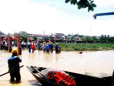 Lực lượng cứu hộ túc trực ngay cầu An Hội để hướng dẫn du khách trong lùa lũ