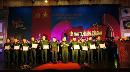Ban tổ chức trao giải đến các đơn vị đạt giải