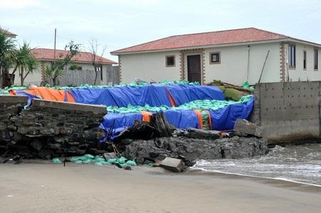 Bờ tường bảo vệ khu du lịch bị sóng đánh sập