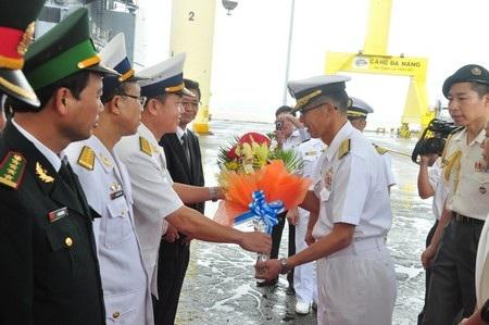 Hải quân Việt Nam tặng hoa cho Chuẩn Đô đốc Fumiyuki KITAGAWA