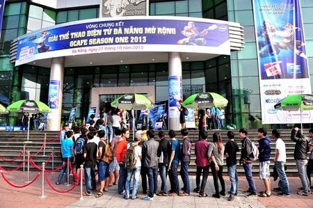 Hàng trăm bạn trẻ xếp hàng trật tự vào xem các đội thi đấu