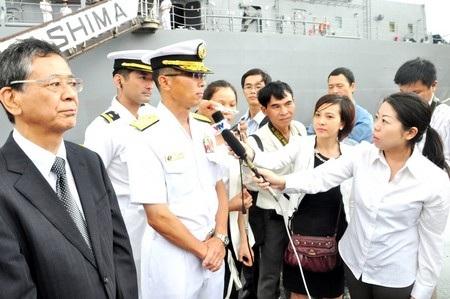 Chuẩn Đô đốc Fumiyuki KITAGAWA trả lời phỏng vấn ngay tại cầu cảng