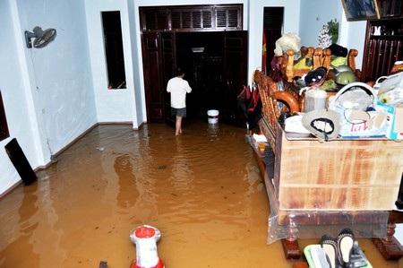 Nước tràn vào nhà dân tại thị trấn Tiên Kỳ (huyện Tiên Phước)