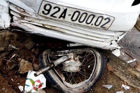 Bánh trước xe máy rớt ra ngoài