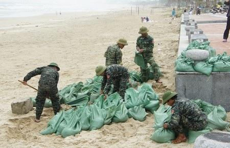 Bộ đội Đà Nẵng giúp dân dồn cát vào bao chằng chống nhà cửa
