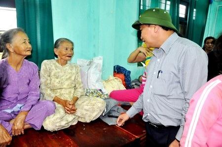 Phó Thủ tướng Nguyễn Xuân Phúc thăm một số gia đình di dời bão tại Hội An