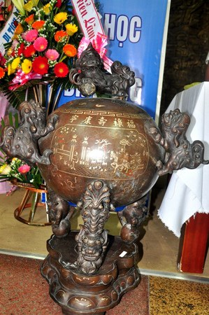 Đỉnh đồng cao 1m, nặng 100kg được Thượng tọa Thích Huệ Vinh - trụ trì chùa Quán Thế Âm tặng