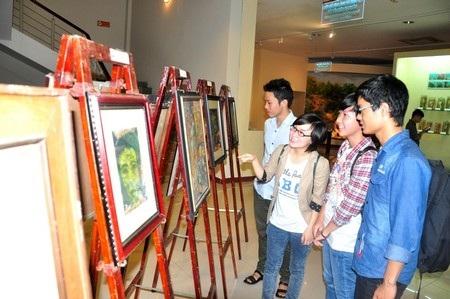Các bạn trẻ Đà Nẵng xem triển lãm tranh của các danh họa làm rạng rỡ nền mỹ thuật Việt Nam