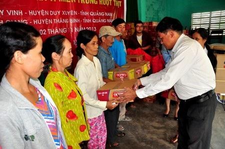 Chủ tịch xã Duy Vinh trao quà đến bà con trong xã
