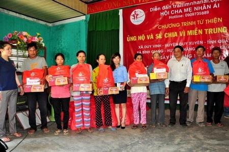 100 hộ dân bị thiệt hại do bão của xã Duy Vinh nhận quà trong dịp này