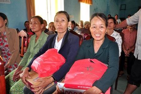 Hơn 70 hộ dân xã Bình Giang (huyện Thăng Bình) được nhận quà trong dịp này