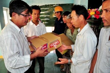 Chủ tịch xã Bình Giang - Nguyễn Văn Anh trao quà đến bà con