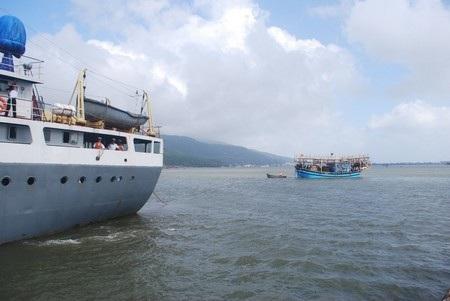 Một tàu cá bị nạn được Vùng 3 Hải quân cứu hộ đưa vào bờ