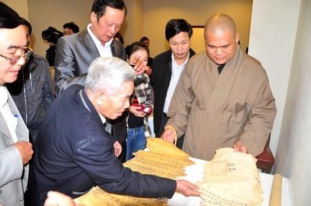 Đại đức Thích Minh Thông giới thiệu các sắc phong và chiếu chỉ thời nhà Nguyễn