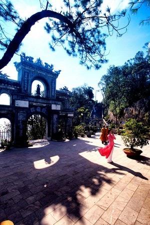 Du khách vãng cảnh chùa trên đỉnh Bà Nà
