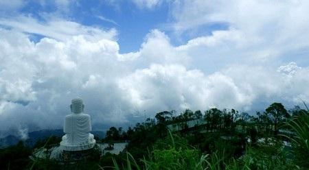 Tượng Đức Phật nhìn từ trên cao