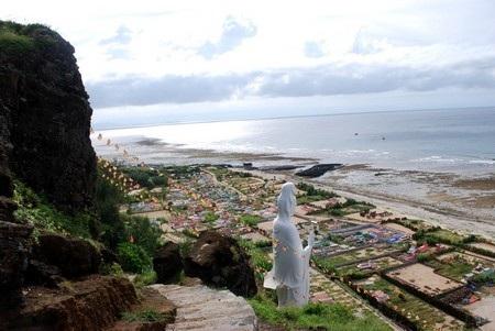 Phía bên trong núi đá có thờ nhiều vị Bồ Tát